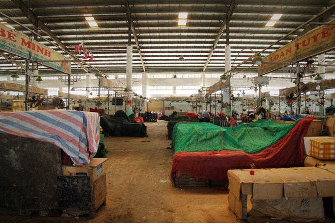 Tiểu thương Đà Nẵng dọn hàng sớm trước cảnh đìu hiu chợ 30 Tết - Ảnh 1.