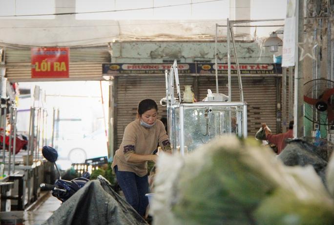 Tiểu thương Đà Nẵng dọn hàng sớm trước cảnh đìu hiu chợ 30 Tết - Ảnh 4.