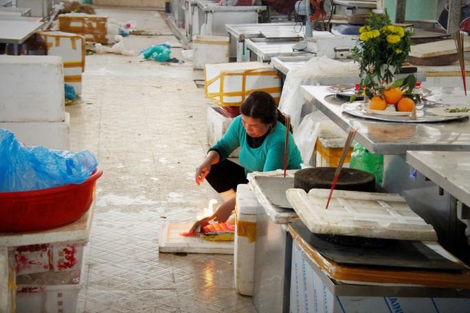 Tiểu thương Đà Nẵng dọn hàng sớm trước cảnh đìu hiu chợ 30 Tết - Ảnh 2.