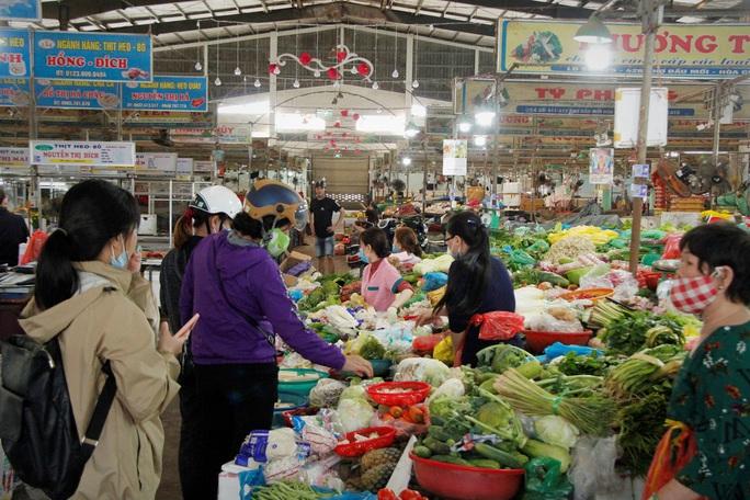 Tiểu thương Đà Nẵng dọn hàng sớm trước cảnh đìu hiu chợ 30 Tết - Ảnh 3.
