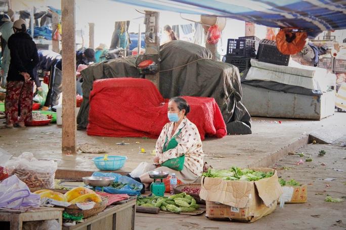 Tiểu thương Đà Nẵng dọn hàng sớm trước cảnh đìu hiu chợ 30 Tết - Ảnh 5.