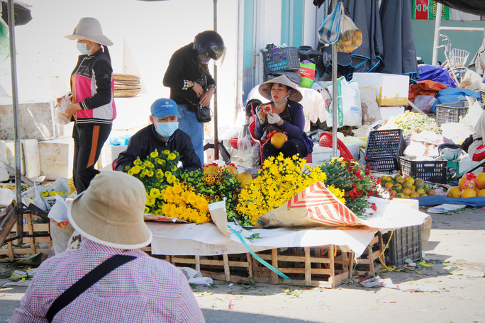 Tiểu thương Đà Nẵng dọn hàng sớm trước cảnh đìu hiu chợ 30 Tết - Ảnh 6.