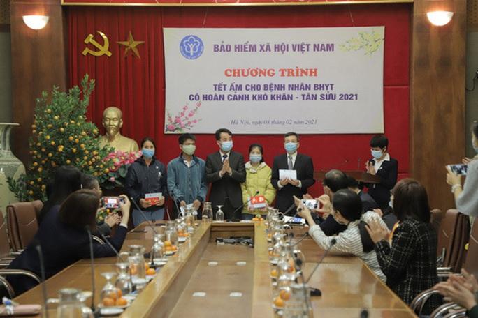 Bộ trưởng Bộ Y tế Nguyễn Thanh Long tặng quà, động viên bệnh nhân phải ăn Tết bệnh viện - Ảnh 21.