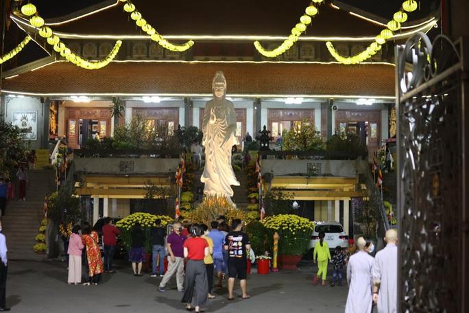 Người dân đến các cơ sở thờ tự và chấp hành nghiêm quy định 5K - Ảnh 1.