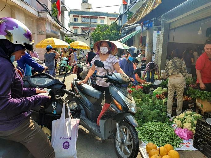 Đi chợ TP HCM 30 Tết: Hàng hóa dồi dào, giá cả không tăng - Ảnh 1.