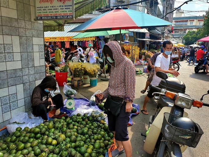 Đi chợ TP HCM 30 Tết: Hàng hóa dồi dào, giá cả không tăng - Ảnh 2.