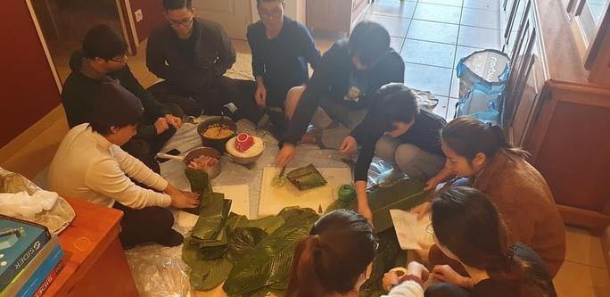 Du học sinh Việt tự gói bánh chưng cho bớt nhớ vị tết quê hương - Ảnh 3.