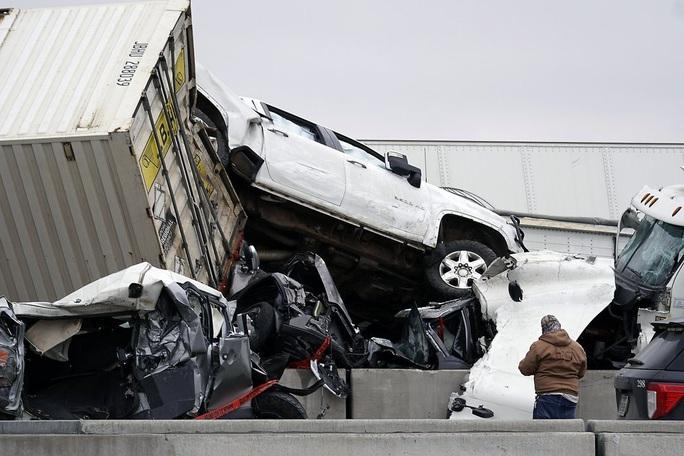 Mỹ: Kinh hoàng 130 xe gặp tai nạn liên hoàn, nằm chất đống - Ảnh 1.