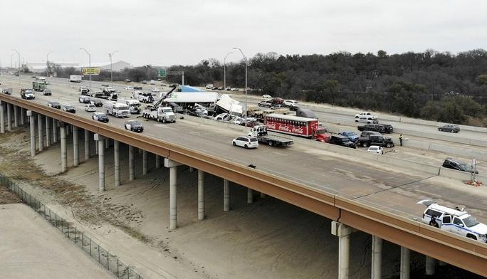 Mỹ: Kinh hoàng 130 xe gặp tai nạn liên hoàn, nằm chất đống - Ảnh 2.