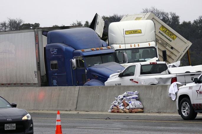Mỹ: Kinh hoàng 130 xe gặp tai nạn liên hoàn, nằm chất đống - Ảnh 3.