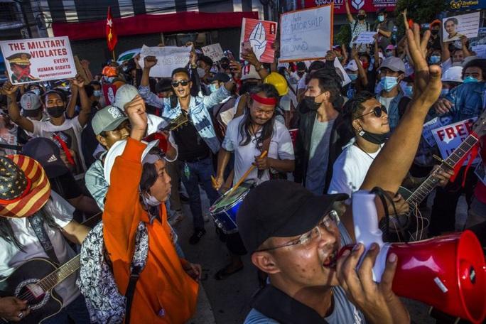 Tổng tư lệnh Myanmar cảnh báo người biểu tình - Ảnh 3.