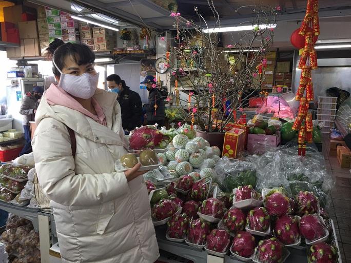 Người Việt đi sắm Tết ở trái tim của châu Âu - Ảnh 11.