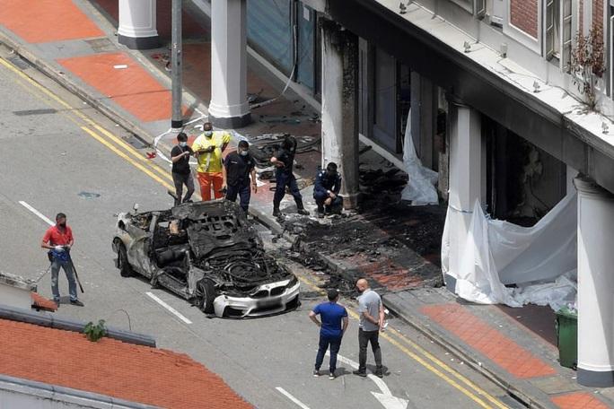 Người phụ nữ xả thân cứu bạn trong chiếc xe hơi bốc cháy ngùn ngụt - Ảnh 1.