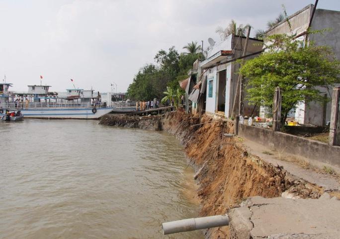 Vụ sạt lở trưa mùng 3 Tết ở Vĩnh Long: 10 hành khách trên phà rơi xuống sông Hậu - Ảnh 2.