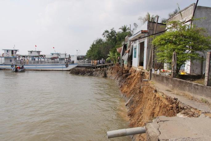Vĩnh Long: Sạt lở trưa mùng 3 Tết, 6 căn nhà sụp xuống sông - Ảnh 1.