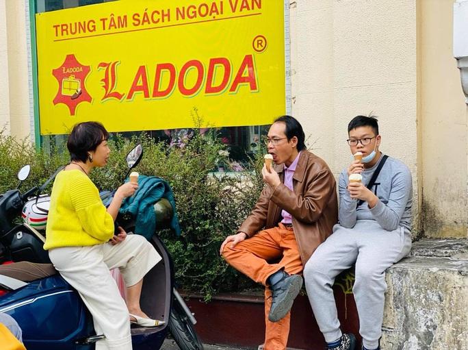 Không về quê hay đi du lịch, người Hà Nội kiên nhẫn xếp hàng ăn kem Tràng Tiền đầu xuân - Ảnh 11.