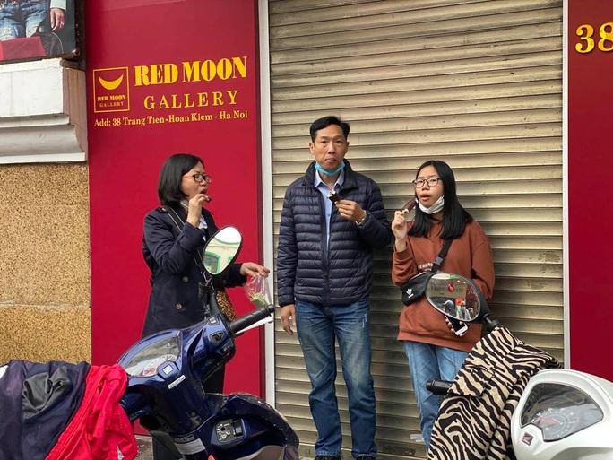 Không về quê hay đi du lịch, người Hà Nội kiên nhẫn xếp hàng ăn kem Tràng Tiền đầu xuân - Ảnh 12.