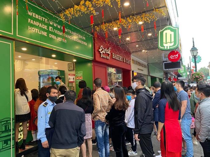 Không về quê hay đi du lịch, người Hà Nội kiên nhẫn xếp hàng ăn kem Tràng Tiền đầu xuân - Ảnh 5.