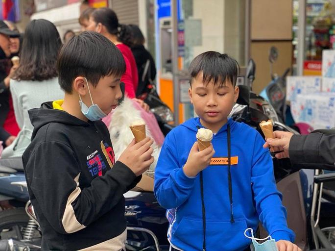 Không về quê hay đi du lịch, người Hà Nội kiên nhẫn xếp hàng ăn kem Tràng Tiền đầu xuân - Ảnh 9.