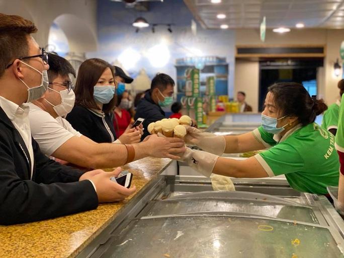 Không về quê hay đi du lịch, người Hà Nội kiên nhẫn xếp hàng ăn kem Tràng Tiền đầu xuân - Ảnh 4.