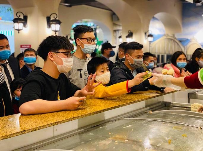 Không về quê hay đi du lịch, người Hà Nội kiên nhẫn xếp hàng ăn kem Tràng Tiền đầu xuân - Ảnh 6.