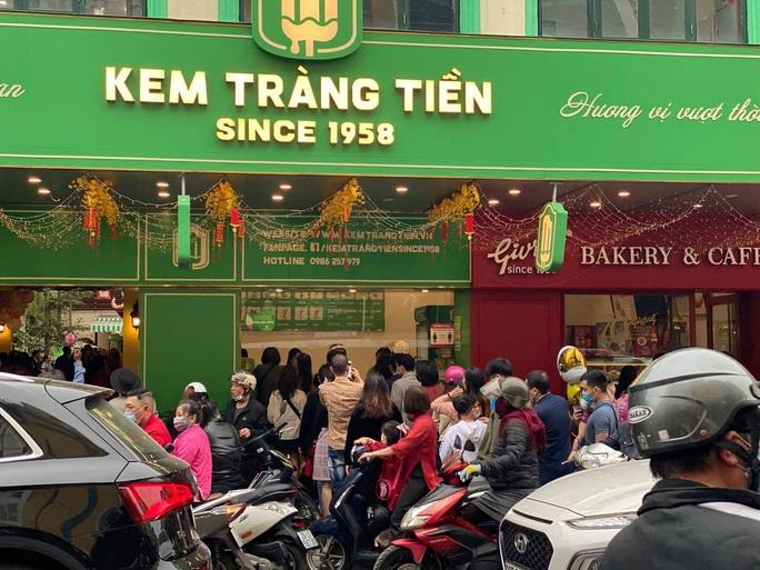 Không về quê hay đi du lịch, người Hà Nội kiên nhẫn xếp hàng ăn kem Tràng Tiền đầu xuân - Ảnh 3.