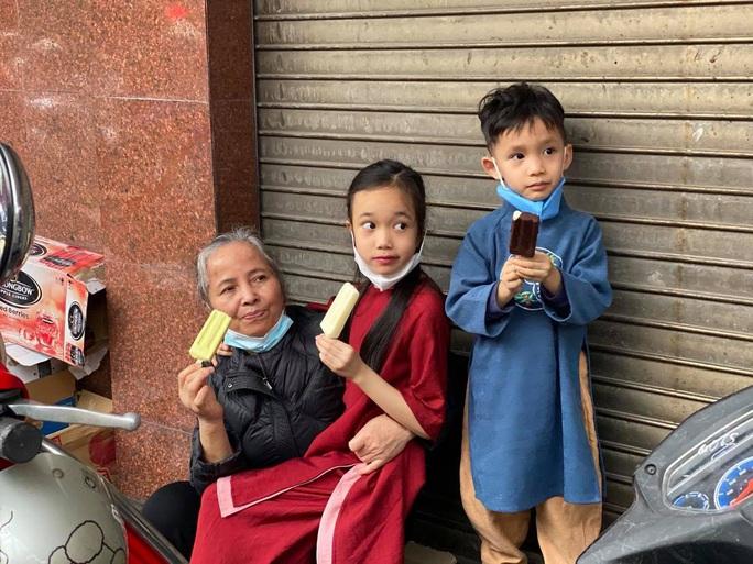 Không về quê hay đi du lịch, người Hà Nội kiên nhẫn xếp hàng ăn kem Tràng Tiền đầu xuân - Ảnh 10.