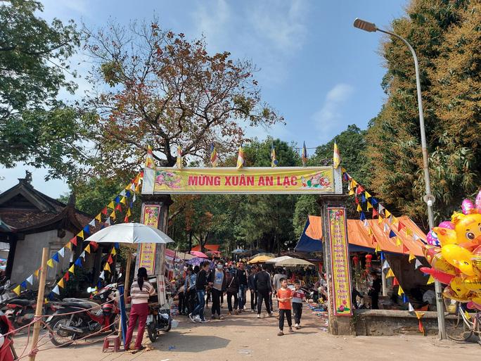 CLIP: Hàng ngàn người đi lễ chùa Trăm Gian, nhiều người không đeo khẩu trang - Ảnh 4.