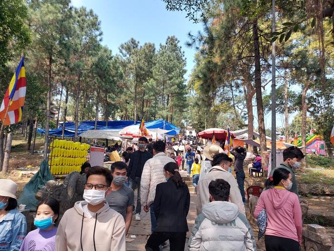 CLIP: Hàng ngàn người đi lễ chùa Trăm Gian, nhiều người không đeo khẩu trang - Ảnh 5.