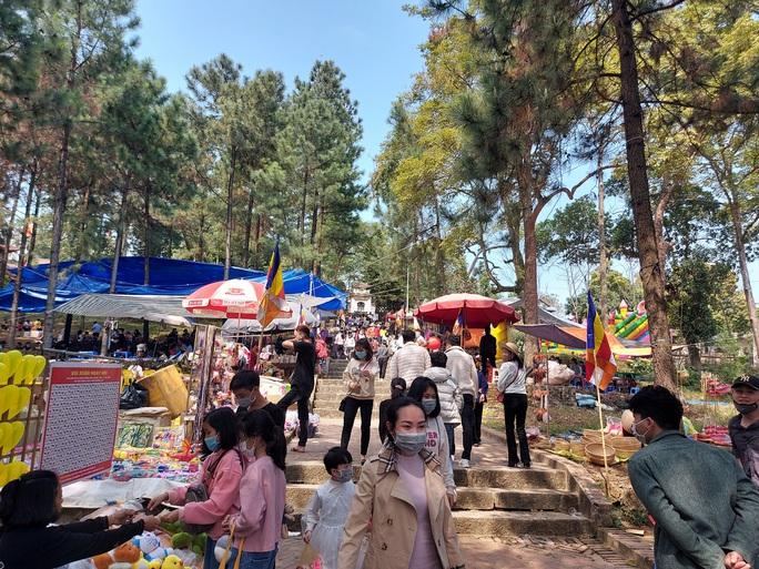 CLIP: Hàng ngàn người đi lễ chùa Trăm Gian, nhiều người không đeo khẩu trang - Ảnh 10.