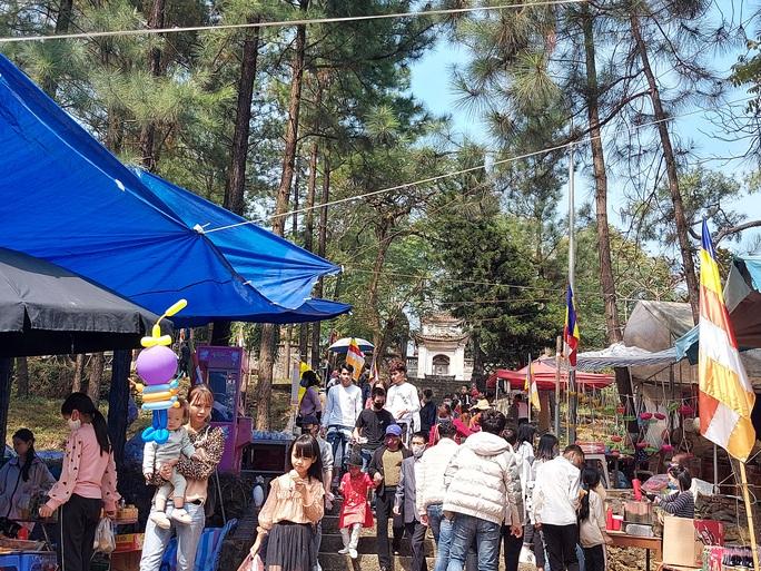 CLIP: Hàng ngàn người đi lễ chùa Trăm Gian, nhiều người không đeo khẩu trang - Ảnh 1.