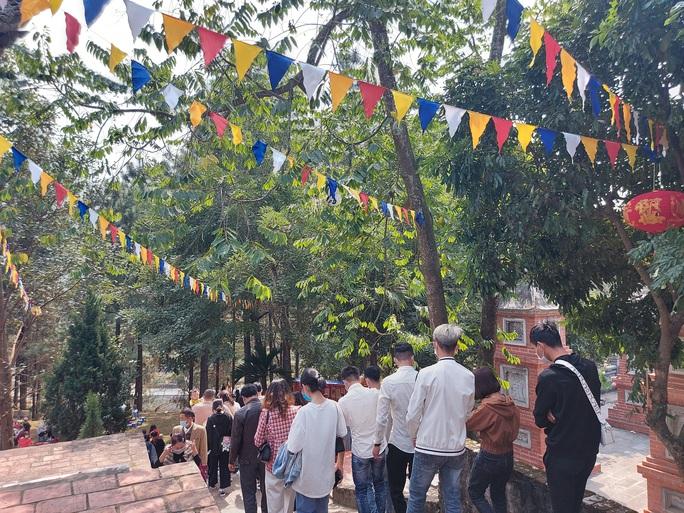 CLIP: Hàng ngàn người đi lễ chùa Trăm Gian, nhiều người không đeo khẩu trang - Ảnh 8.