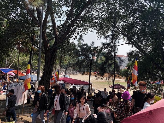 CLIP: Hàng ngàn người đi lễ chùa Trăm Gian, nhiều người không đeo khẩu trang - Ảnh 7.