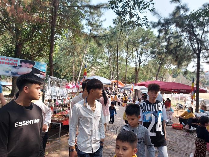 CLIP: Hàng ngàn người đi lễ chùa Trăm Gian, nhiều người không đeo khẩu trang - Ảnh 6.