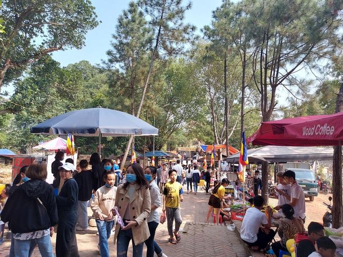 CLIP: Hàng ngàn người đi lễ chùa Trăm Gian, nhiều người không đeo khẩu trang - Ảnh 11.
