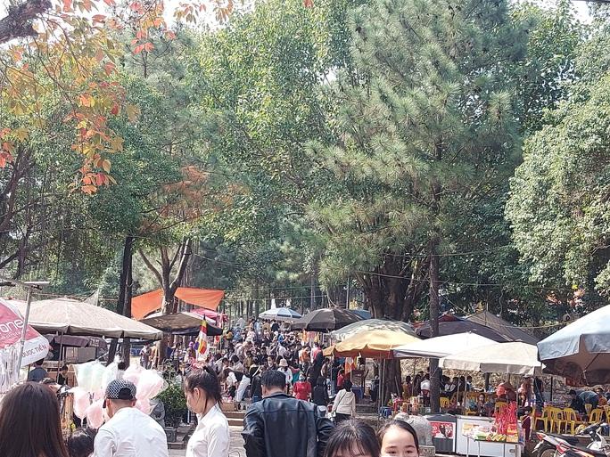 CLIP: Hàng ngàn người đi lễ chùa Trăm Gian, nhiều người không đeo khẩu trang - Ảnh 3.