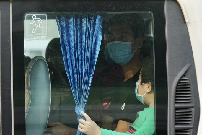 109 học sinh, phụ huynh và giáo viên trường tiểu học Xuân Phương được về nhà - Ảnh 12.
