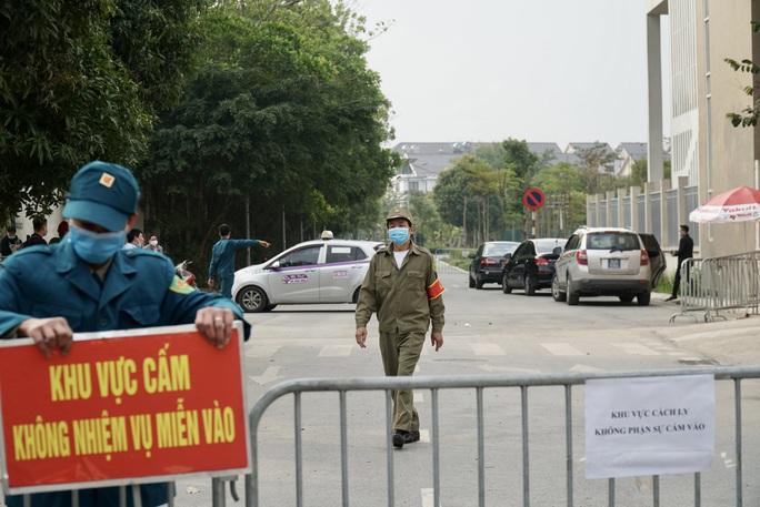 109 học sinh, phụ huynh và giáo viên trường tiểu học Xuân Phương được về nhà - Ảnh 1.
