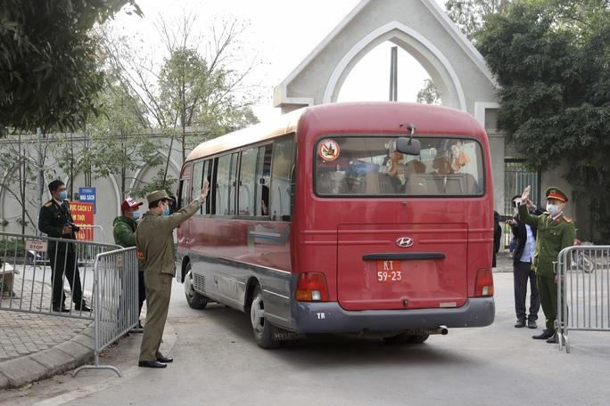 109 học sinh, phụ huynh và giáo viên trường tiểu học Xuân Phương được về nhà - Ảnh 15.