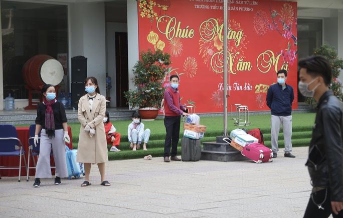 109 học sinh, phụ huynh và giáo viên trường tiểu học Xuân Phương được về nhà - Ảnh 4.