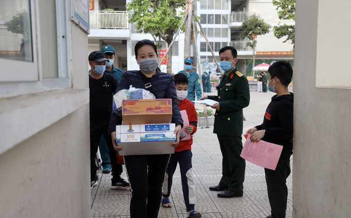 109 học sinh, phụ huynh và giáo viên trường tiểu học Xuân Phương được về nhà - Ảnh 5.