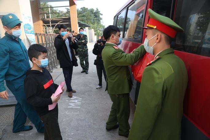 109 học sinh, phụ huynh và giáo viên trường tiểu học Xuân Phương được về nhà - Ảnh 9.