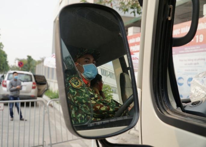 109 học sinh, phụ huynh và giáo viên trường tiểu học Xuân Phương được về nhà - Ảnh 14.
