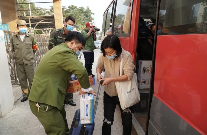 109 học sinh, phụ huynh và giáo viên trường tiểu học Xuân Phương được về nhà - Ảnh 8.