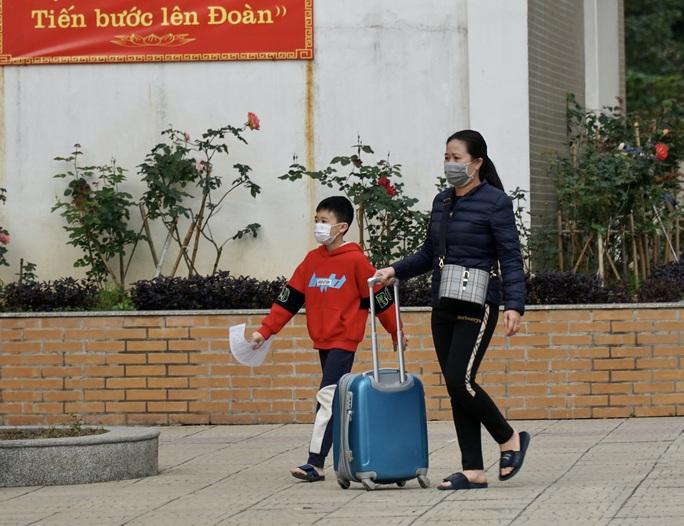 109 học sinh, phụ huynh và giáo viên trường tiểu học Xuân Phương được về nhà - Ảnh 7.