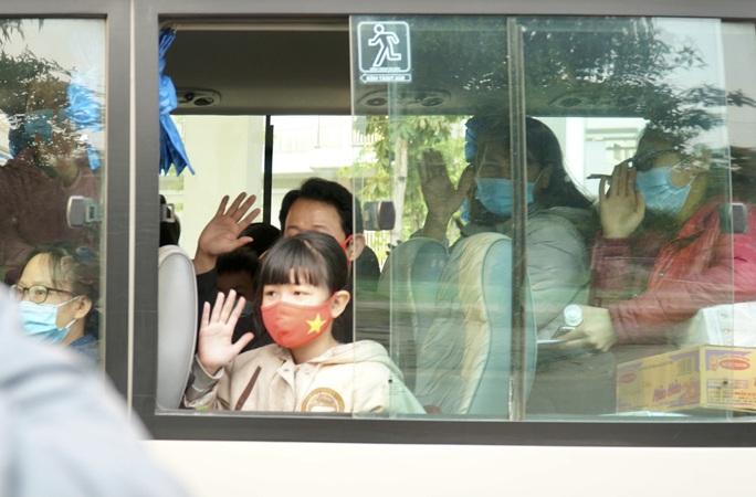 109 học sinh, phụ huynh và giáo viên trường tiểu học Xuân Phương được về nhà - Ảnh 10.