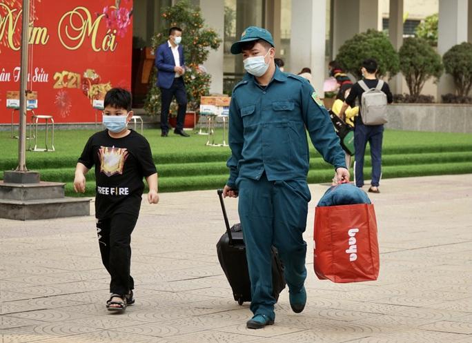 109 học sinh, phụ huynh và giáo viên trường tiểu học Xuân Phương được về nhà - Ảnh 6.