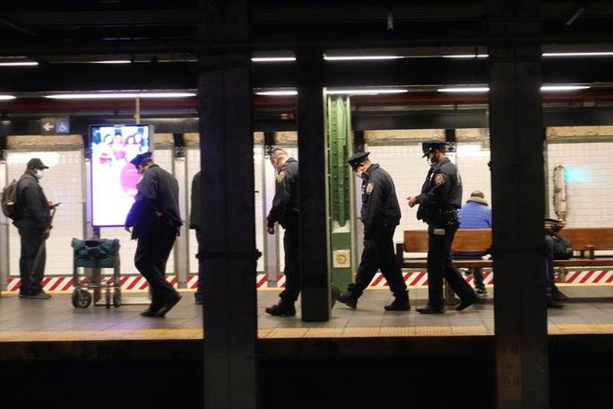 Cảnh sát New York đông nghịt ga tàu điện ngầm trước thềm Valentine   - Ảnh 1.