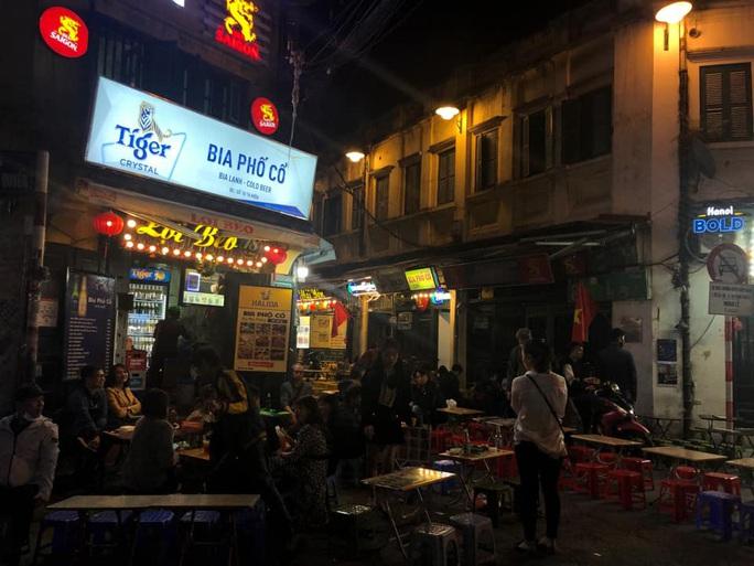 Không về quê hay đi du lịch, người Hà Nội kiên nhẫn xếp hàng ăn kem Tràng Tiền đầu xuân - Ảnh 13.
