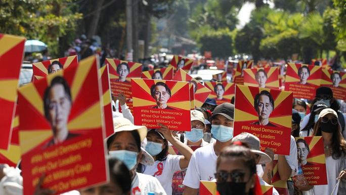Myanmar triển khai xe tăng, nổ súng giải tán người biểu tình - Ảnh 3.